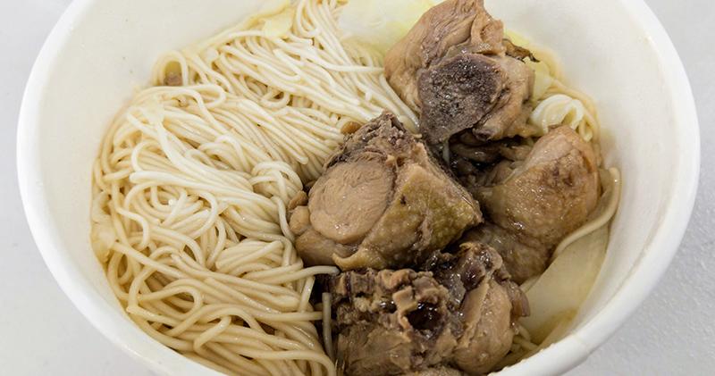 今日熱門文章:高雄前金美食|洪師傅肉燥飯.香辣夠味的辣雞麵